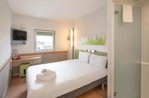 A bed or beds in a room at ibis budget Glasgow