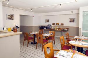 A restaurant or other place to eat at Séjours & Affaires Orléans Jeanne D'Arc