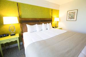 A bed or beds in a room at Hotel Champlain