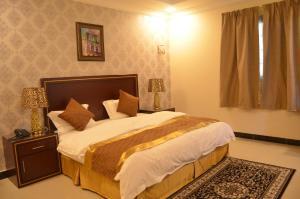 Cama ou camas em um quarto em Almanzel Althahabi Aparthotel