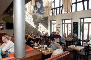 Ein Restaurant oder anderes Speiselokal in der Unterkunft Cafe Elisabeth
