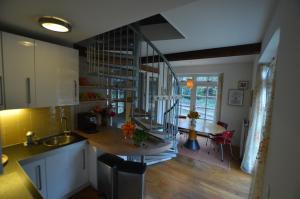A kitchen or kitchenette at B&B Stadsoase Nijmegen