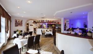Ein Restaurant oder anderes Speiselokal in der Unterkunft Hotel-Pension Am Schwanenteich