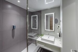 A bathroom at Novotel Köln City
