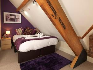 A bed or beds in a room at Courtyard Mews, 3 Rodley Hall, Leeds