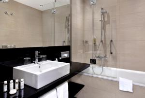 A bathroom at IntercityHotel München