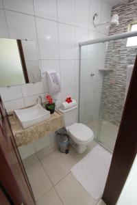 A bathroom at Pousada Maragolfinho
