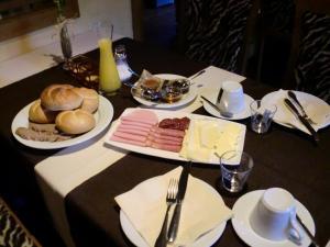 Ein Restaurant oder anderes Speiselokal in der Unterkunft Steakhouse Fieg