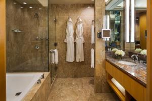 Un baño de Four Seasons Hotel New York