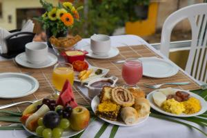 Breakfast options available to guests at Pousada Maragolfinho