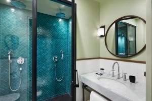A bathroom at Le Roch Hotel & Spa