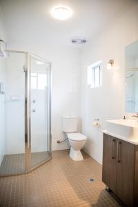 A bathroom at Lilac City Motor Inn & Steakhouse