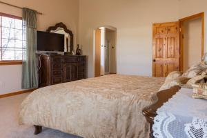 A bed or beds in a room at Mountain View Lodge - Grand Canyon
