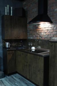Кухня или мини-кухня в Apartments Perm