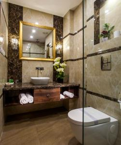 A bathroom at Hotel Sunstar Heritage
