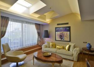A seating area at Warwick Ankara
