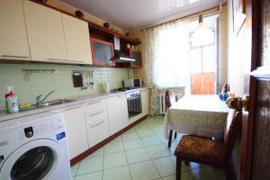 Кухня или мини-кухня в Апартаменты на Ленина 35 А