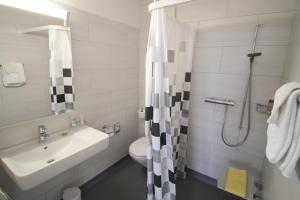 Ein Badezimmer in der Unterkunft Hotel Kurhaus am Sarnersee