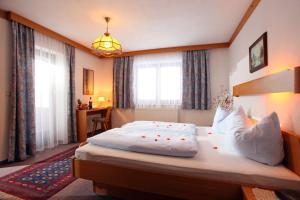 Ein Bett oder Betten in einem Zimmer der Unterkunft Frühstückspension Tannenhof