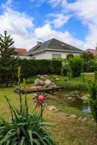 A garden outside Hotel-Pension am Rosarium