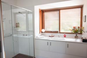 A bathroom at TorquayToongahra BnB