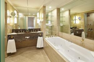 A bathroom at Hotel Nikko Düsseldorf