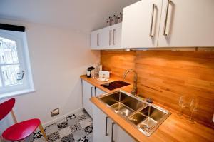 """A kitchen or kitchenette at New Appartement La Chambre à Côté """"St Louis"""""""