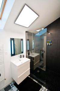 """A bathroom at New Appartement La Chambre à Côté """"St Louis"""""""