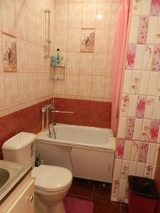 A bathroom at Студия Япония на Космонавтов, апартаменты Атмосфера