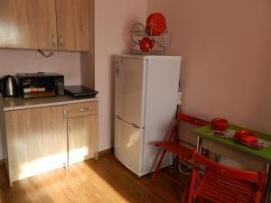 A kitchen or kitchenette at Студия Япония на Космонавтов, апартаменты Атмосфера