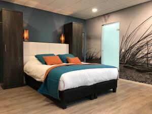 Een bed of bedden in een kamer bij Rivers Hotel
