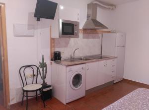 """Una cocina o zona de cocina en Hostal Restaurante """"El Cercao"""""""