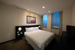 A bed or beds in a room at Orakai Insadong Suites