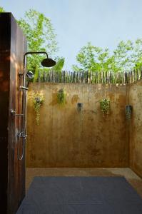 Ein Badezimmer in der Unterkunft To The Sea The Resort Koh Kood