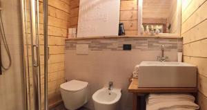 A bathroom at Hotel Letterario Locanda Collomb