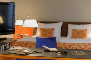 A television and/or entertainment centre at Mercure Hotel & Residenz Berlin Checkpoint Charlie