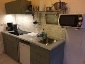 A kitchen or kitchenette at Lodge Berlin - Apartments