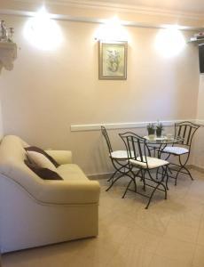 A seating area at Villa Mediterranea - Garden Suite