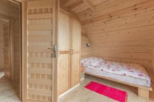 Łóżko lub łóżka w pokoju w obiekcie Domki Falsztyn