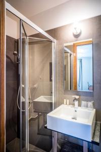 A bathroom at Art Hotel Lafayette