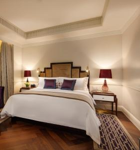 A bed or beds in a room at Metropolo Classiq, Shanghai, Bund Circle