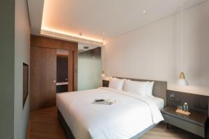A bed or beds in a room at Volve Hotel Bangkok