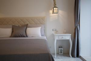 A bed or beds in a room at Old Town Rooms Deluxe Suite