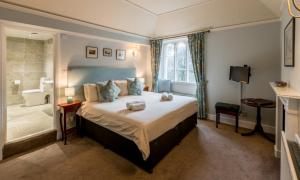 A bed or beds in a room at Glen Rothay
