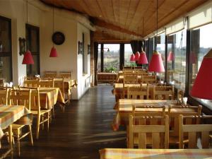 Reštaurácia alebo iné gastronomické zariadenie v ubytovaní Motel Tėvynė