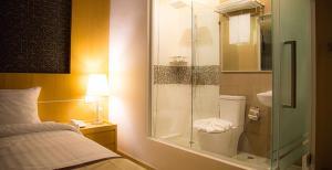 A bathroom at Baitong Hotel