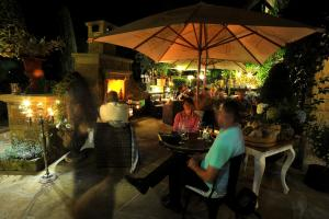 A restaurant or other place to eat at Bonato Hotel