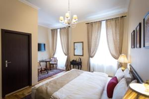 A bed or beds in a room at Drachenhaus