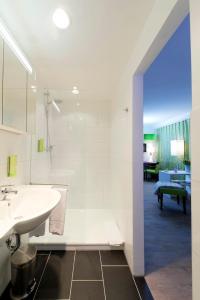 A bathroom at Bonnox Boardinghouse & Hotel
