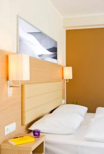 A bed or beds in a room at Bonnox Boardinghouse & Hotel